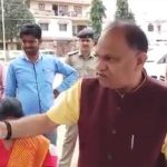 सवाल पूछने पर प्रमुख हिंदी दैनिक अख़बार के पत्रकार पर भड़के मंत्री, देखिए वीडियो