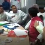 भरी सभा में भाजपा सांसद और विधायक में चले थप्पड़-जूते
